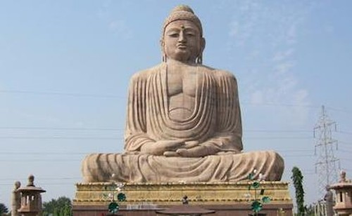 Estatua sedente de Buda en Bodhgaya, la India